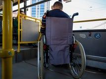 Transporte da pessoa deficiente em público fotos de stock royalty free