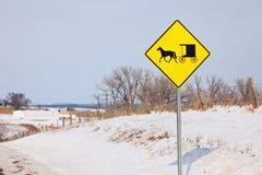 Transporte de Amish no sinal de estrada fotos de stock royalty free