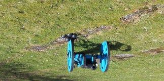 Transporte de arma azul com canhão e balas de canhão Imagens de Stock