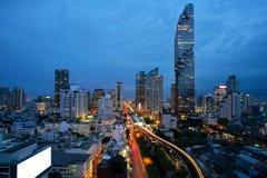 Transporte de Banguecoque no crepúsculo com construção moderna do negócio para fotografia de stock royalty free