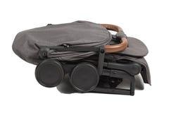 Transporte de bebê em condições dobradas para o transporte em uma viagem imagens de stock