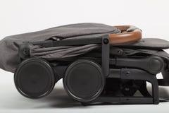Transporte de bebê em condições dobradas para o transporte em uma viagem fotografia de stock royalty free