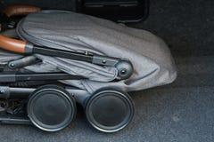 Transporte de bebê em condições dobradas para o transporte em uma viagem fotografia de stock