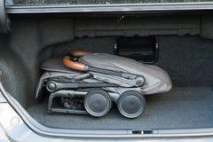 Transporte de bebê em condições dobradas para o transporte em uma viagem imagem de stock