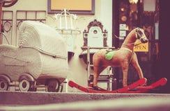 Transporte de bebê retro e balançar-cavalo do brinquedo imagens de stock