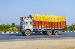 Transporte de carga com o trator na estrada secundária Imagem de Stock