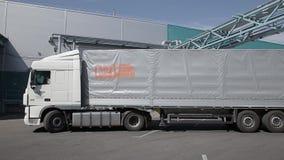 Transporte de carga na área de carga video estoque