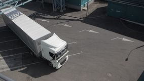 Transporte de cargo en el área de cargamento metrajes