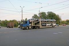 Transporte de carros novos em um trem de estrada imagens de stock royalty free
