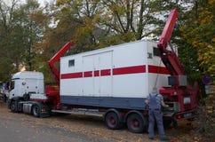 Transporte de contenedores, envase sanitario, WC, retrete, recogida y transporte fotos de archivo