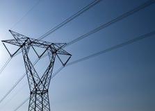 Transporte de electricidad Fotos de archivo libres de regalías