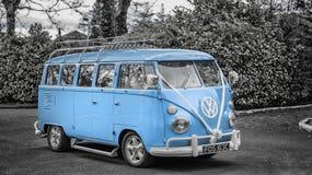 Transporte de la boda del campista de Volkswagen Foto de archivo