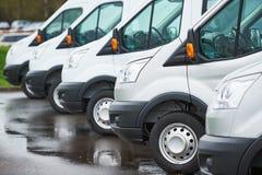 Transporte de la empresa de servicios furgonetas de entrega comerciales en fila Fotos de archivo