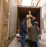 Transporte de las estatuas de santos foto de archivo