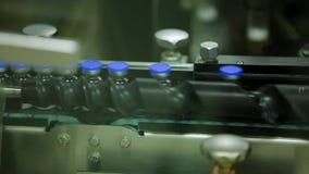 Transporte de latas estéreis da medicina em uma fábrica da medicina filme