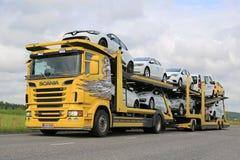 Transporte de los vehículos del portador de coche de Scania R500 nuevo Imágenes de archivo libres de regalías