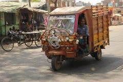 Transporte de motor, Agra suburbano, Índia. fotografia de stock royalty free