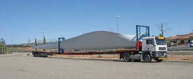 Transporte de uma asa da turbina de vento Imagens de Stock