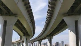 Transporte debajo del puente del milenio con las vistas de la ciudad Kazán Fotos de archivo libres de regalías