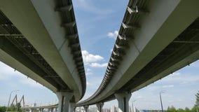 Transporte debajo del puente del milenio con las vistas de la ciudad Kazán Fotografía de archivo libre de regalías