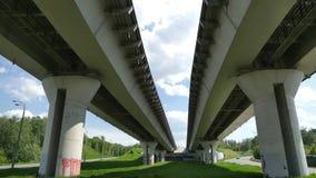 Transporte debajo del puente del milenio con las vistas de la ciudad Kazán Imagenes de archivo