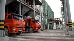 Transporte del cargo - camión de dos rojos en el almacén Terminal del almacenamiento y de la carga Fondo vertical industrial almacen de video