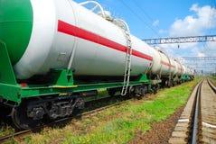 Transporte del petróleo en los tanques por el carril Imagenes de archivo
