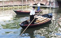Transporte del queso en barcos en Alkmaar, Holanda Foto de archivo