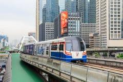 Transporte del tren de cielo en la ciudad de Bangkok y del alto edificio en fondo Fotos de archivo