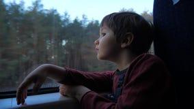 Transporte del tren para los niños Recorrido en tren Turismo de vacaciones Recorrido en todo el mundo Transporte del tren amistos metrajes