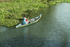 Transporte diario de la canoa de la vida de los remansos Foto de archivo libre de regalías
