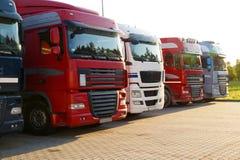 transporte Diversos caminhões alinharam em seguido em um parque de estacionamento foto de stock