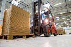 Transporte do caminhão de empilhadeira em uma instalação de produção moderna Imagens de Stock Royalty Free