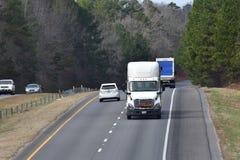 Transporte do caminhão na estrada nacional foto de stock