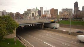 Transporte do centro do tráfego das horas de ponta de Detroit do viaduto da estrada do tráfego urbano video estoque