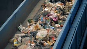 Transporte do metal com lixo, fim acima filme