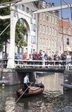 Transporte do queijo pelo barco em Alkmaar, Holanda Imagem de Stock