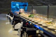 Transporte do sushi do restaurante de Japão ou bufete da correia fotos de stock