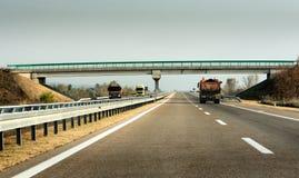 Transporte dos caminhões em uma estrada fotos de stock royalty free