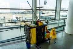 Transporte dos materiais de limpeza do aeroporto imagens de stock royalty free
