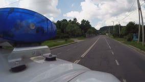 Transporte dos primeiros socorros que conduz a rua da cidade, profissão arriscada, auxílio médico video estoque