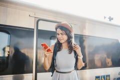 Transporte e curso do tema Mulher caucasiano nova do retrato com fundo toothy do trem do estação de caminhos de ferro da posição  fotografia de stock
