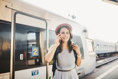 Transporte e curso do tema Mulher caucasiano nova do retrato com fundo toothy do trem do estação de caminhos de ferro da posição  imagem de stock
