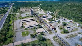 Transporte e fábrica de tratamento vistos de cima em um dia ensolarado fotos de stock