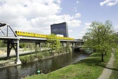Transporte e skyline espertos da cidade Foto de Stock