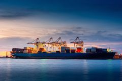 Transporte e terminal de envio da doca de carga da logística , Importação do recipiente e exportação do transporte de frete do ma imagem de stock
