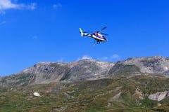 Transporte el vuelo del helicóptero con las fuentes y el panorama de la montaña, montañas de Hohe Tauern, Austria Fotografía de archivo libre de regalías