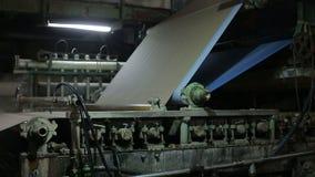 Transporte em um moinho de papel velho video estoque