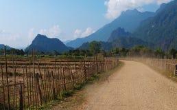 En un camino rural. Vang Vieng. Laos. Imágenes de archivo libres de regalías