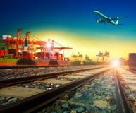 Transporte ferroviario en puerto y avión de carga de envío de las importaciones/exportaciones Imagenes de archivo